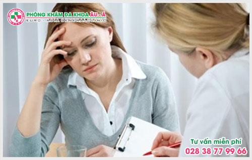 Khi bị bệnh trĩ người bệnh sẽ cảm thấy đi cầu khó, kèm theo cảm giác ngứa rát và đau nhức lỗ hậu môn.