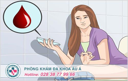 Đi cầu ra máu thành tia, cấp độ 2 của bệnh trĩ nội