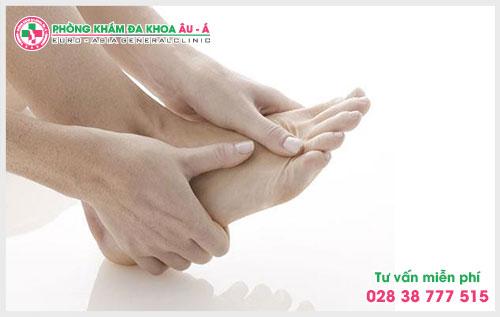 Theo các chuyên gia Da Liễu Âu Á bệnh ngứa lòng bàn tay bàn chân có thể là dấu hiệu của một bệnh lý nào đó.