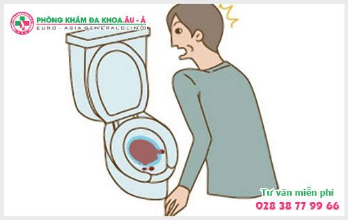 Tiểu ra máu, dấu hiệu bệnh nặng chớ nên coi thường